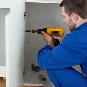 handyman-fixng-cab-door